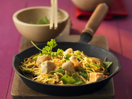 Nudelpfanne mit Hühnerbrust auf chinesische Art