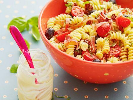 Nudelsalat mit Tomaten, Schinken und Oliven