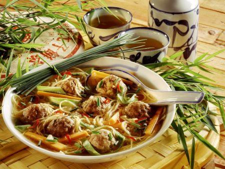 Nudelsuppe mit Gemüse und Hackbällchen