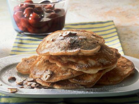 Nussige Pfannkuchen mit Zimt-Kirsch-Kompott