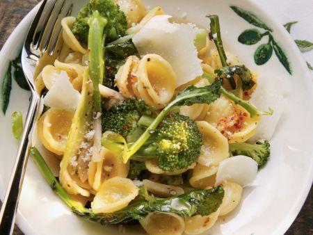 Öhrchennudeln mit Brokkoli, Chiliflocken und Parmesan