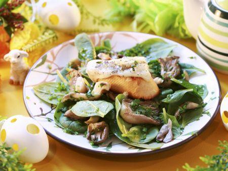 Österlicher Spinatsalat mit Austernpilzen und Baguette mit Käse