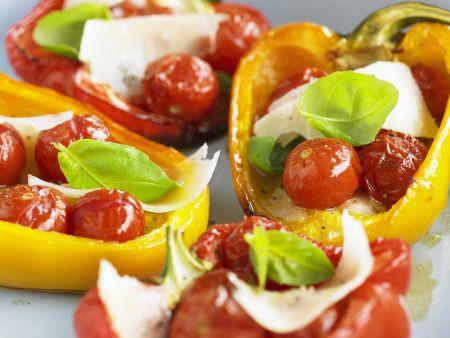 Gebackene Paprika mit Tomaten und Mozzarella gefüllt