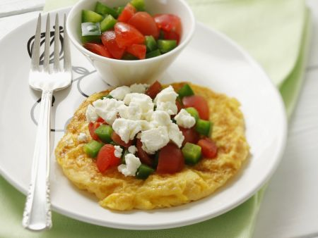 Omelett mit Tomate, Gurke und Schafskäse