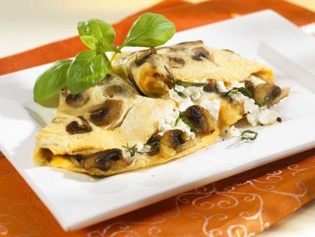 Omelette gefüllt mit Champignons und Hüttenkäse