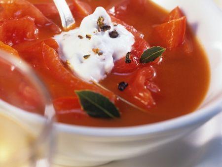 Paprika-Tomatensuppe mit Wacholderrahm