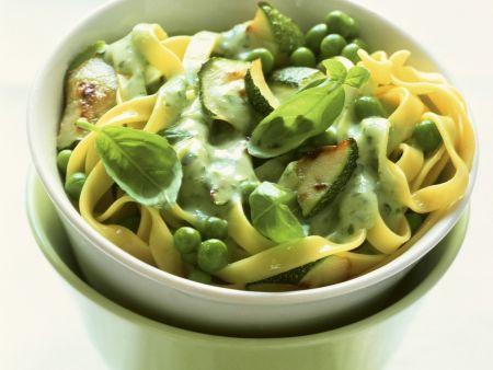 Pasta mit Erbsen, Zucchini und Basilikumsoße