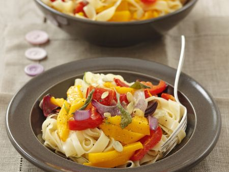 Pasta mit Gemüsesoße (Kürbis, Paprika, Rote Zwiebel)