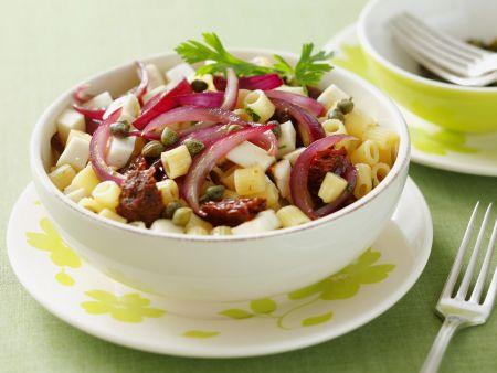 Pasta mit glasierten Zwiebeln, getrockneten Tomaten, Oliven und Schafskäse