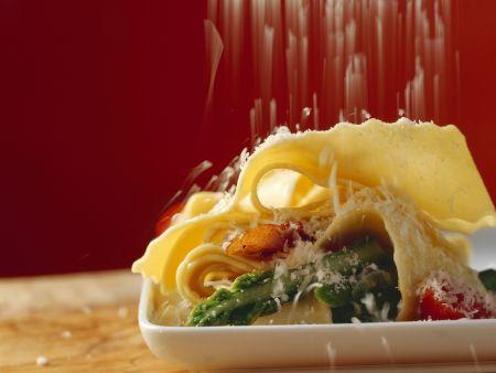 Pasta mit grünem Spargel, Schinken und Parmesan