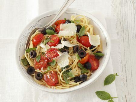 Pasta mit Kirschtomaten, Oliven und Parmesan