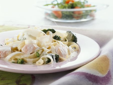 Pasta mit Lachs-Sahne-Soße und Brokkoli