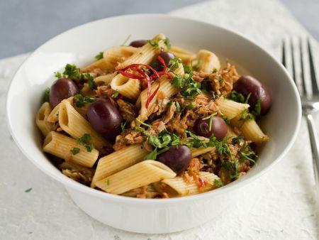 Pasta mit Oliven, Tomatensugo und Thunfisch