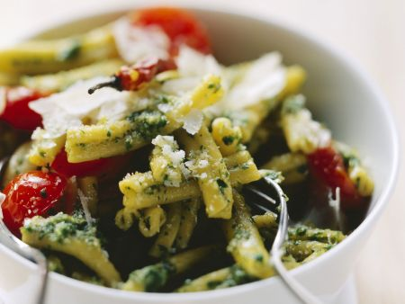 Pasta mit Pesto aus Kopfsalat und Kirschtomaten