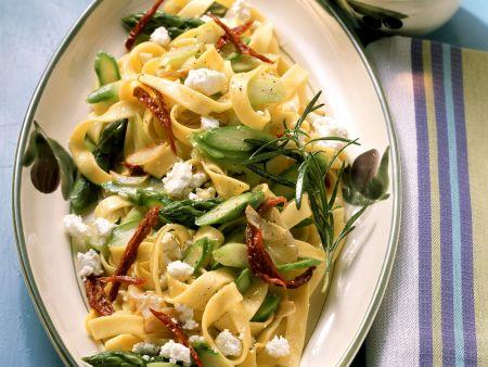 Pasta mit Spargel, Tomaten und Feta