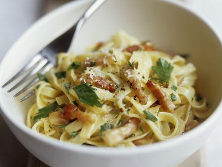 Pasta mit Speck-Sahnesoße und Parmesan