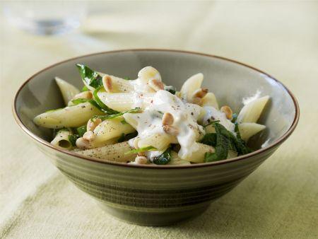 Pasta mit Spinat, Pinienkernen und Ziegenfrischkäse