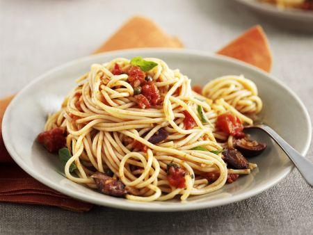 Pasta mit Tomaten, Oliven und Kapern