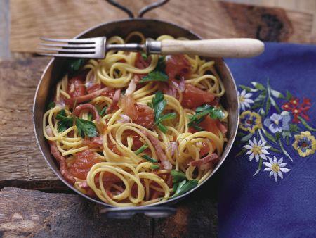 Pasta mit Tomaten-Speck-Soße