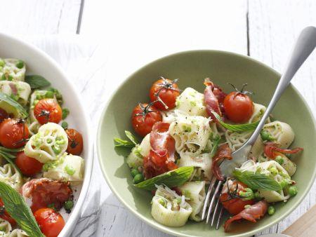 Pastasalat mit Tomaten, Schinken und Minze