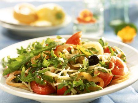 Pastasalat mit Rucola und Gemüse