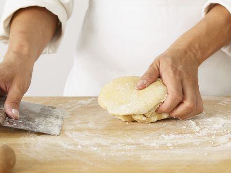 Pastateig zubereiten: Teig bearbeiten
