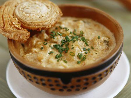 Pastinaken-Steckrüben-Suppe mit Mandeln und Blätterteigschnecke