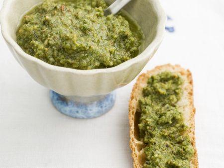 Pesto aus Möhrengrün und Mandeln