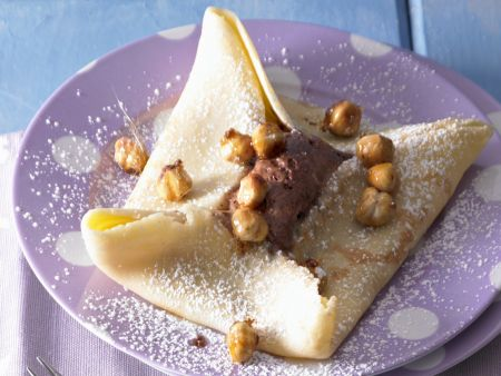 Pfannkuchen mit Schokoladenmousse und Karamell-Nüssen