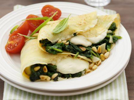 Pfannkuchen mit Spinat und Mozzarella gefüllt