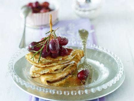 Pfannkuchen mit Trauben und Rosmarin