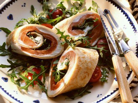Pfannkuchenröllchen mit Lachs dazu Tomatensalat mit Rucola
