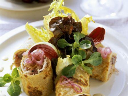 Pfannkuchenröllchen mit Sauerkraut und Trauben