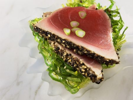 Pfeffer-Thunfischfilet mit Algensalat