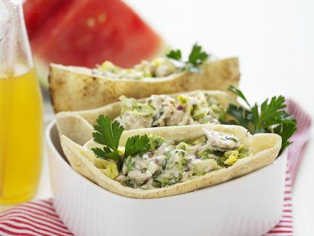 Pita mit Mayonnaise und Hähnchen gefüllt