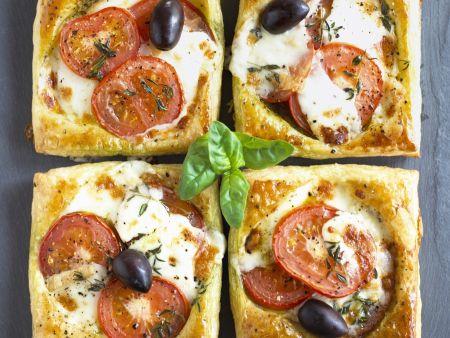 Pizza-Ecken mit Tomate, Mozzarella und Olive