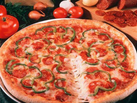 pizza mit paprika und wurst rezept eat smarter. Black Bedroom Furniture Sets. Home Design Ideas
