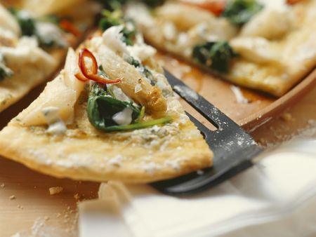Pizza mit Spargel, Bärlauch, Spinat und Frischkäse
