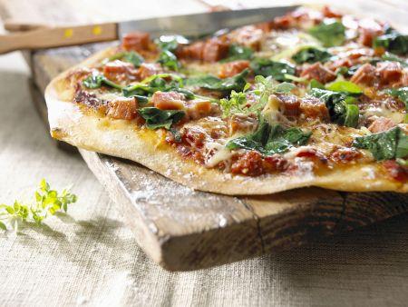 Pizza mit Spinat und Schinken