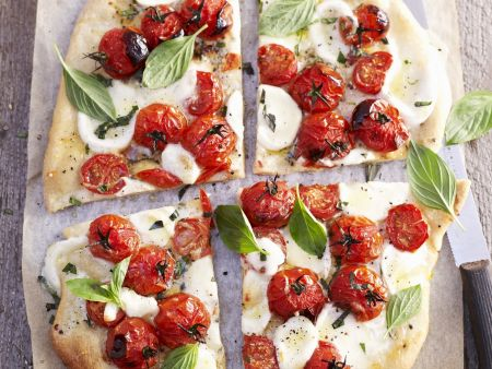 pizza mit tomaten mozzarella und basilikum rezept eat smarter. Black Bedroom Furniture Sets. Home Design Ideas