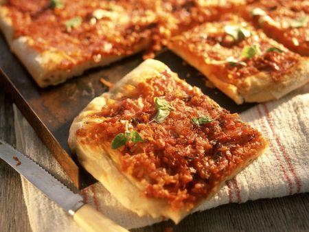 Pizza vom Blech mit Tomaten und Zwiebeln