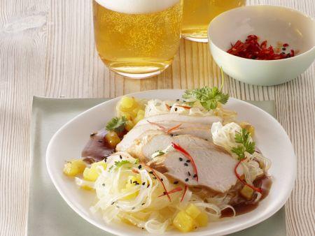 Pochiertes Hühnchenfleisch mit Reisnudeln und Ananas