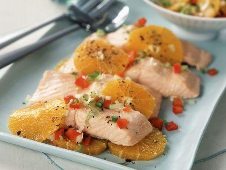 Pochiertes Lachsfilet mit Orange und Paprikarelish