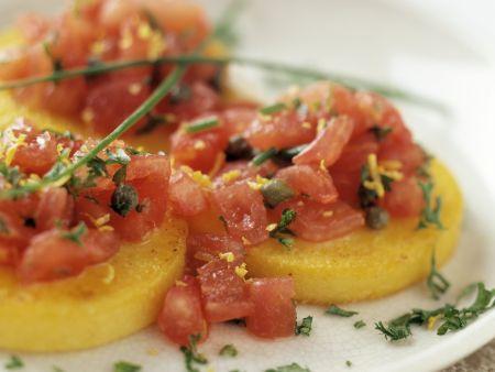 Polentaküchlein mit Tomaten und Kapern
