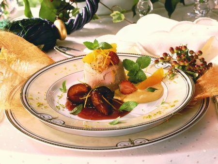 Punsch-Parfait mit Rotweinpflaumen und Orangensoße