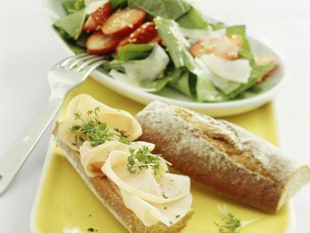 Putenbrust-Baguette und Salat mit Erdbeeren