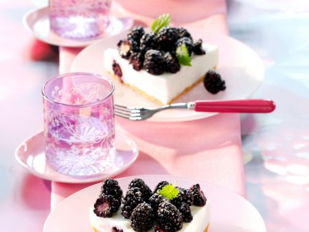 quark buttermilch torte mit brombeeren ohne backen rezept eat smarter. Black Bedroom Furniture Sets. Home Design Ideas