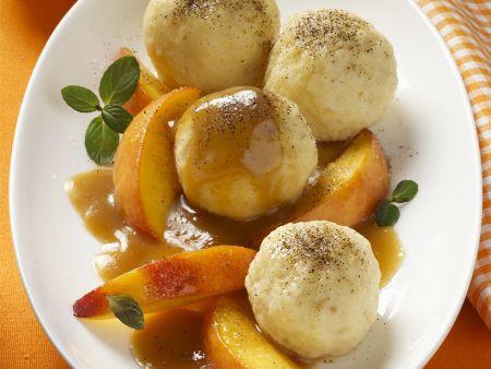 Quarkknödel mit Pfirsichkompott