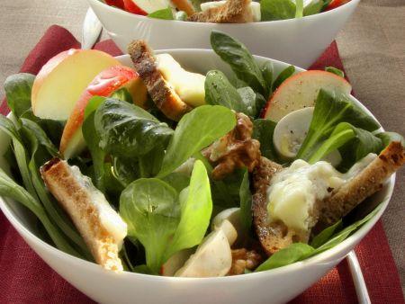 Rapunzelsalat mit Gorgonzola-Brotstückchen und Apfel