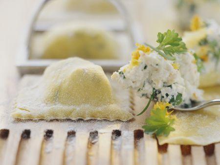 Ravioli mit Kräuterfrischkäse gefüllt
